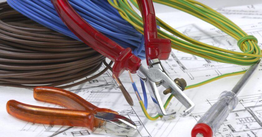 Sfaturi utile pentru a alege corect cu cine iti faci instalatia de curent electric