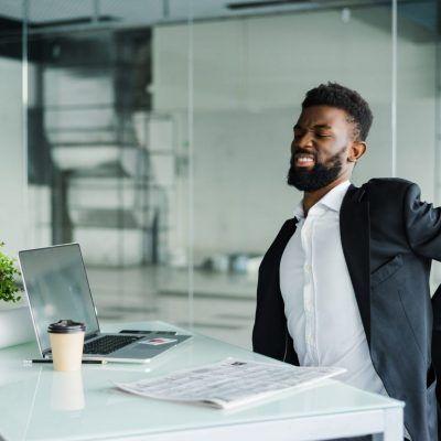 Trei exerciții simple pentru a vă îmbunătăți postura la locul de muncă